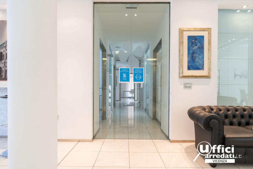 Covid-19 e sicurezza ospiti: ambienti sicuri: i cartelli di avviso sui comportamenti da tenere all'interno del centro uffici