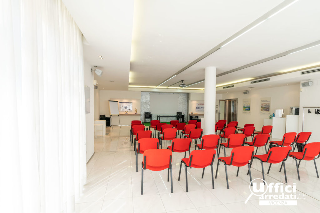 Sala Meeting a platea con sedie vista post